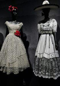 Von links, Christian Dior, Mexiko-Kleid, Frühjahr/Sommer 1953, daneben Maria Grazia Chiuri, Sonder-Kollektion 2019. Foto © Rose Wagner