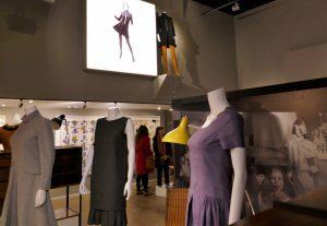 Modelle von Mary Quant, 1958-1960, Möbel von Terence Conran, Lampe von Bernard Schottlander; im Hinter-grund Vergrößerung der Briefmarke der Royal Mail von 2009 mit Quant-Mini-Kleid. Foto © Rose Wagner