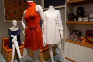 """Mary Quant, Modelle Linie """"Ginger Group"""", 1964-1967; gepolsterte Sitzbox aus Sperrholz, Regale und Haushaltsgegenstände """"Habitat"""" von Terence Conran, ca. 1964. Foto © Rose Wagner"""