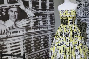 Pop-Art-Muster von Eduardo Paolozzi, li., Kleid von John Tullis, 1953. Foto © Rose Wagner