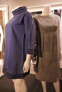 """v.l. """"Basic dress"""", ca. 1961, eines der ersten Kleider, die unter dem Label """"Lau-ra Ashley"""" verkauft wurden, produziert in einem neuen Produktionsstandort in Wales. Das Kleid bestand aus nur vier Teilen, der Fertigungsprozess dauerte 10-15 Minuten, daneben """"Smock dress"""", ca. 1964-1966, eine Weiterentwick-lung des """"Basic dress"""", typisch für das Ashley-Design Mitte der 1960er Jahre. Foto © Rose Wagner"""