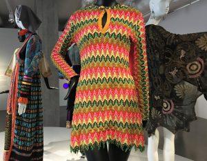 """Jeanne Rose, """"DMT""""-Kleid (DMT = Dimethyltryptamin, eine halluzinogene Droge), Synthetik-Strick, 1968. Die Farben und das Muster des Kleides kamen am besten bei pulsierendem künstlichem Licht zur Geltung. Foto © Rose Wagner"""