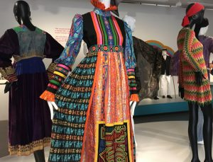 Yvonne Porcella, Kleid, ca. 1970, Stoffe aus mittelamerikanischen Kulturen, Bänder aus Osteuropa. Foto © Rose Wagner