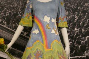 Hochzeitskleid von Candace und Fred Kling, 1971, handbemalt, Gay-Pride-Regenbogen, Naturmotive. Foto © Rose Wagner