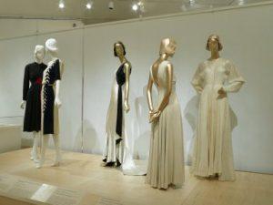 """Zweite von rechts Elizabeth Hawes, Aendkleid """"Raute und Hufeisen"""", 1936, mittig Jessie Franklin Turner, Abendensemble, 1930. Ausstellung """"American High Style"""", 2010. Foto © Brooklyn Museum, New York"""