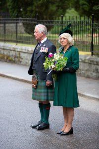 Charles, Prince of Wales, am 8. Mai 2020, in Highland day time dress und Stewart Hunting kilt, und Camilla, Herzogin von Cornwall. © PA Images, Amy Muir