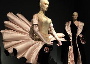 """Links Venus-Kleid, Samt und Duchesse-Satin, paillettenbesetzter Bodysuit, Ärmel und Handschuhe aus Satin, 1995, Kollektion """"Anniversaire des 20 ans""""; rechts einarmiges Satinkleid, Abendmantel mit wattiertem Satinfutter, 1998, Kollektion """"As big as the Ritz"""". Foto © Rose Wagner"""