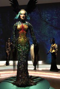 """""""Schimären""""-Kleid aus der Kollektion """"Les Insectes"""", 1997. Foto © Rose Wagner"""