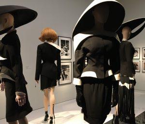 Kopfbedeckungen, die den Hauben von Ordensschwestern nachempfunden sind. Foto © Rose Wagner
