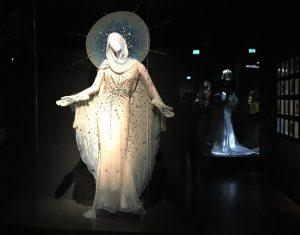 Muglers Madonnen-Kleid in München. Foto © Rose Wagner